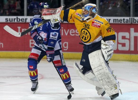 06.04.2015; Zuerich; Eishockey NLA Playoff - ZSC Lions - HC Davos; Robert Nilsson (L, ZSC) gegen Torhueter Leonardo Genoni (R, Davos) (Patrick Straub/freshfocus)