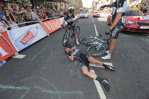 Omega Pharma-Quick Step team rider Mark Cavendish of Britain gets assistance after crashing during a mass sprint next to the finish line of the first 190.5 km stage of  the Tour de France cycling race from Leeds to Harrogate, July 5, 2014.     REUTERS/Fred Mons/Pool (BRITAIN  - Tags: SPORT CYCLING)