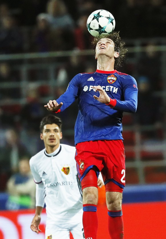epa06274266 Mario Fernandes (R) of CSKA Moscow in action against Raoul Petretta (L) of Basel during the UEFA Champions League group A soccer match between CSKA Moscow and FC Basel in Moscow, Russia, 18 October 2017.  EPA/YURI KOCHETKOV