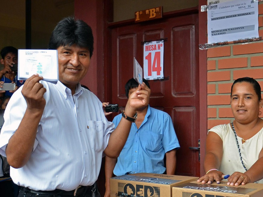 epa04685818 A handout photograph made available by the Agencia Boliviana de Informacion (ABI) shows Bolivian President Evo Morales (L) casting his vote at a polling station in Villa 14 de Septiembre, Cochabamba, Bolivia, 29 March 2015. Bolivians headed to the polls to vote in regional and local elections.  EPA/ABI / HANDOUT  HANDOUT EDITORIAL USE ONLY/NO SALES