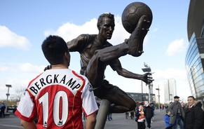 epa04095162 An Arsenal fan looks at the statue of former Arsenal player Dennis Bergkamp after its unveiling prior to the English Premier League soccer match between Arsenal and Sunderland at the Emirates Stadium in London, Britain, 22 February 2014.  EPA/FACUNDO ARRIZABALAGA