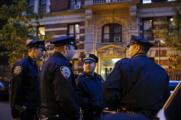 Police officers guard the building where Dr. Craig Spencer lives in New York October 23, 2014. Spencer, who worked in West Africa with Ebola patients, tested positive for Ebola and was in isolation at Bellevue Hospital.    REUTERS/Eduardo Munoz (UNITED STATES - Tags: HEALTH DISASTER)