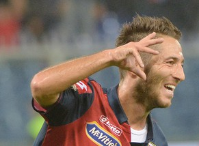 epa04455420 Genoa's Andrea Bertolacci jubilates after scoring the 1-0 during the Italian Serie A soccer match Genoa CFC vs Empoli FC at Luigi Ferraris stadium in Genoa, Italy, 20 October 2014.  EPA/LUCA ZENNARO
