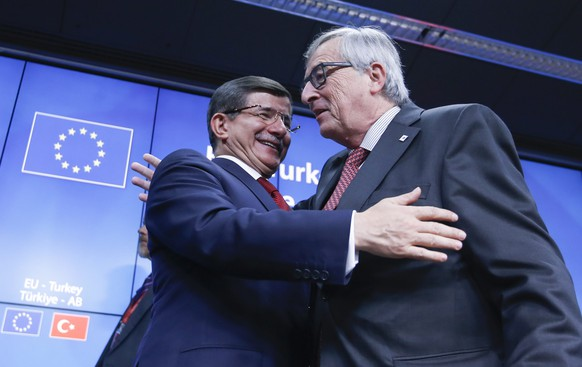 epaselect epa05047970 European Commission President Jean-Claude Juncker (R) and Tukish Prime Minister Ahmet Dvutoglu (L) at the end of a news conference during an extraordinary EU Summit with Turkey in Brussels, Belgium, 29 November 2015. The meeting marks a step in developing EU-Turkey relations and contributing to managing the migration crisis. Turkey and the European Union have agreed on a plan to tackle migration flows, German Chancellor Angela Merkel says after the meeting.  EPA/OLIVIER HOSLET