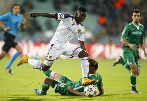 Breel Embolo (front) of FC Basel is challenged by Georgi Terziev of Ludogorets during their Champions League Group B soccer match at Vassil Levski stadium in Sofia October 22, 2014. REUTERS/Stoyan Nenov (BULGARIA - Tags: SPORT SOCCER)