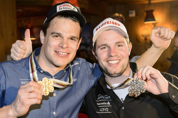 epa04608587 Patrick Kueng of Switzerland, left, gold medal, and Beat Feuz of Switzerland, right, bronze medal, celebrates at the House of Switzerland after the men's downhill medal ceremony at the 2015 Alpine World Skiing Championships in Vail, Colorado, USA, 07 February 2015.  EPA/JEAN-CHRISTOPHE BOTT