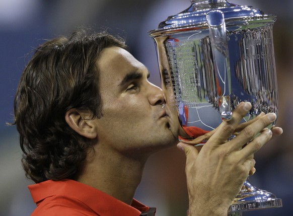 Roger Federer, of Switzerland, kisses the championship trophy after winning  the men's finals championship over Andy Murray, of Britain, at the U.S. Open tennis tournament in New York, Monday, Sept. 8, 2008.  (AP Photo/Charles Krupa)