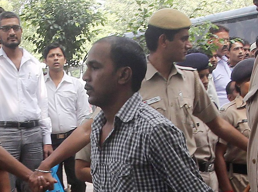 epa04123105 (FILE) A file photo taken on 24 September 2013 and made available on 13 March 2014 shows Mukesh Singh (C), one of a Delhi gang rape convicts, escorted by Delhi police as he is taken to the High Court in New Delhi, India. According to the media reports on 13 March 2014, India's Delhi High Court upheld the death sentences awarded to four convicts in 16 December Delhi gang rape case  EPA/MONEY SHARMA