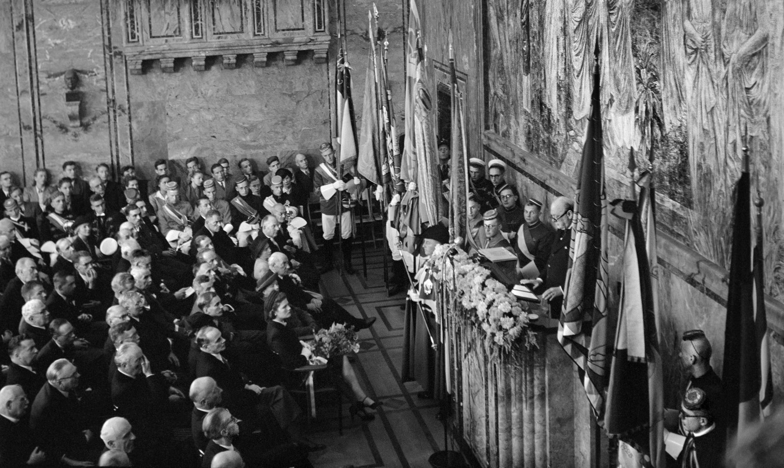 ARCHIVE --- WINSTON CHURCHILL WIRD VOR 70 JAHREN, AM 19. SEPTEMBER 1946, IN ZUERICH VON DER BEVOELKERUNG BEGEISTERT EMPFANGEN. IN DER AULA DER UNIVERSITAET HAELT ER EINE REDE, IN DER ER ZUR EINIGUNG EUROPAS AUFRUFT --- In the auditorium of the university of Zurich, the former Prime Minister of Greatbritain, Winston Churchill, holds a speech on September 19, 1946 in which he calls upon Europe to unite: