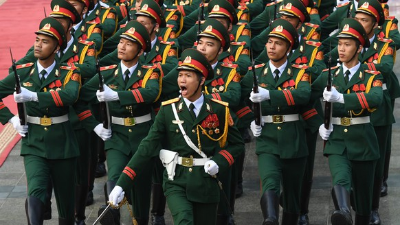 epa06324182 Soldiers parade during a welcoming ceremony of the visit by Chinese president Xi Jinping at the presidential palace in Hanoi, Vietnam, 12 November 2017. Xi Jinping is on an one day state visit to Vietnam.  EPA/HOANG DINH NAM / POOL
