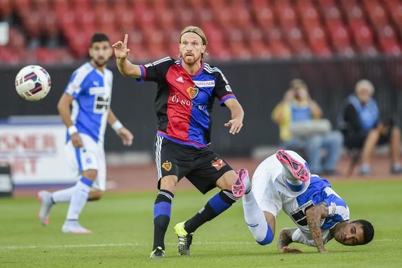 25.07.2015; Zuerich; Fussball Super League - Grasshopper Club Zuerich - FC Basel;Michael Lang (Basel) gegen Caio (GC) (Andy Mueller/freshfocus)