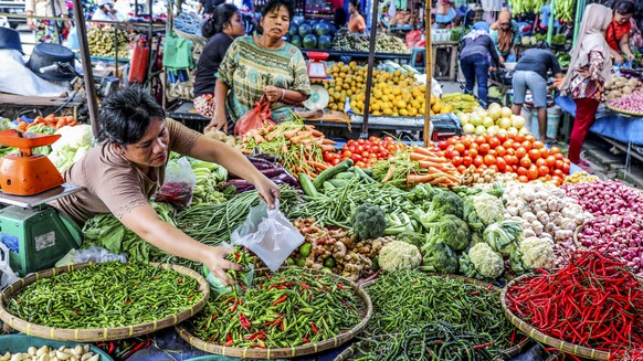 epa07053313 An Indonesian vegetables vendor serves a customer at a traditional market in Medan, North Sumatra, Indonesia, 28 September 2018. Indonesia's economic growth in the third quarter of 2018 is expected to be higher. Indonesia's economic growth in the first quarter of 2018 and the second quarter grew 5.06 percent and 5.27 percent.  EPA/DEDI SINUHAJI
