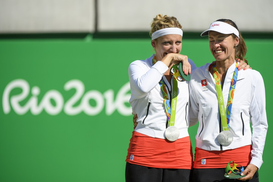 Silver medalist Martina Hingis, right, and Timea Bacsinszky, left, of Switzerland react with their medal during the victory ceremony after the women's doubles gold medal match against Ekaterina Makarova and Elena Vesnina of Russia at the Olympic Tennis Center in Rio de Janeiro, Brazil, at the Rio 2016 Olympic Summer Games, pictured on Sunday, August 14, 2016. (KEYSTONE/Laurent Gillieron)