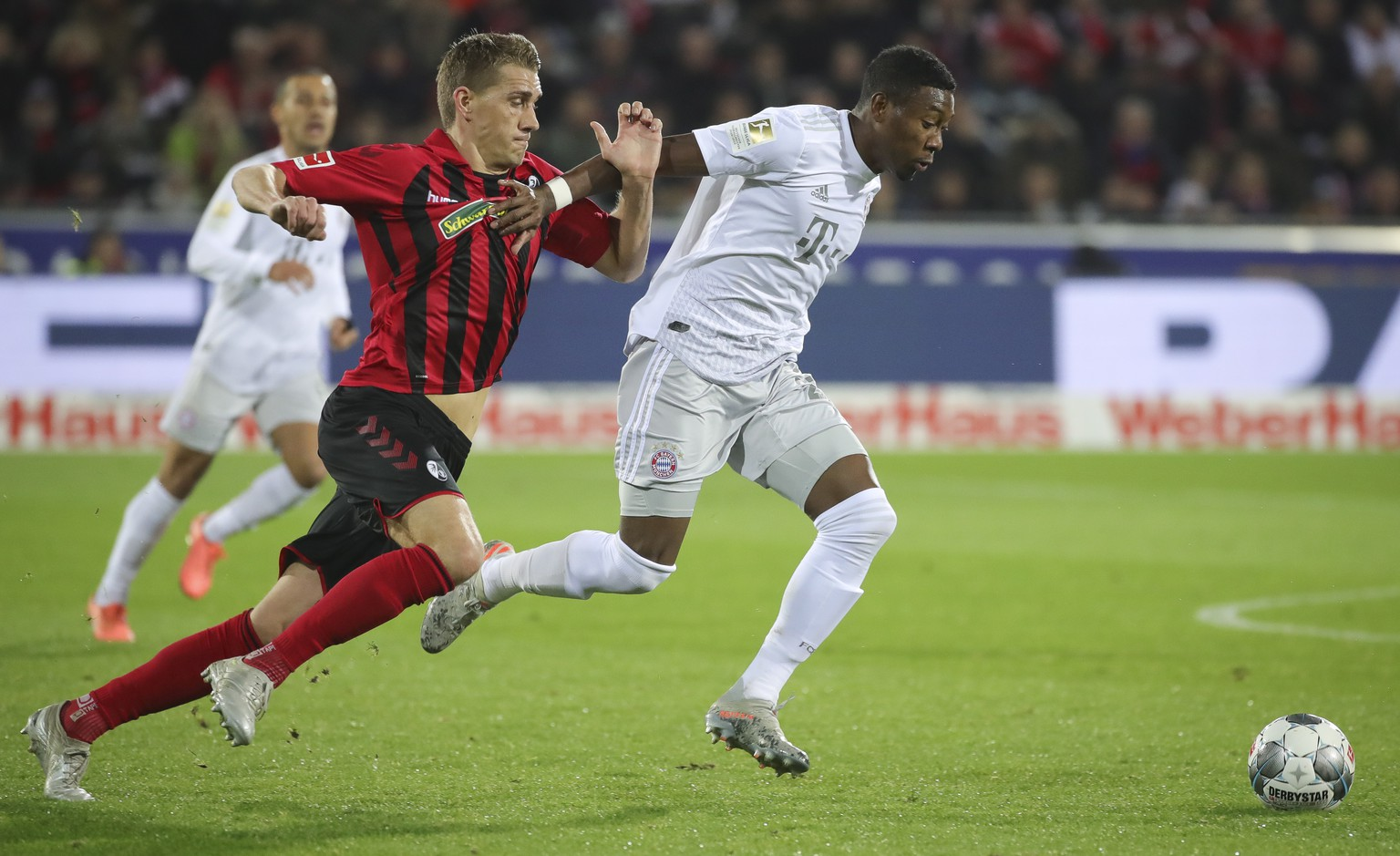 epa08080238 Freiburg's Nils Petersen (L) in action against Bayern's David Alaba (R) during the German Bundesliga soccer match between SC Freiburg vs FC Bayern Munich in Freiburg, Germany, 18 December 2019.  EPA/ARMANDO BABANI CONDITIONS - ATTENTION: The DFL regulations prohibit any use of photographs as image sequences and/or quasi-video.
