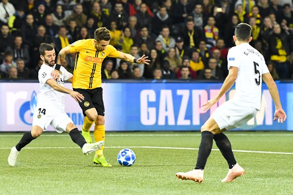 Valencia's Jose Gaya, left, fights for the ball against YB's Miralem Sulejmani, right, during the UEFA Champions League group stage group H matchday 3 soccer match between Switzerland's BSC Young Boys Bern and Spain's Valencia CF, at the Stade de Suisse Stadium in Bern, Switzerland, Tuesday, October 23, 2018. (KEYSTONE/Peter Schneider)