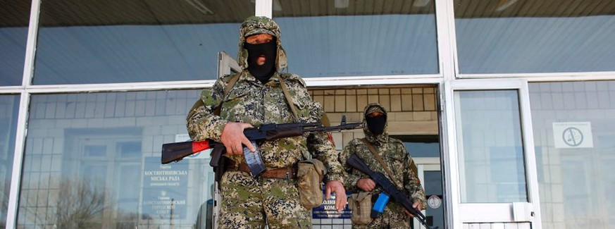 Pro-Russia armed men stand guard in front of the seized city council building in Kostyantynivka April 28, 2014.  REUTERS/Marko Djurica (UKRAINE - Tags: POLITICS CIVIL UNREST)