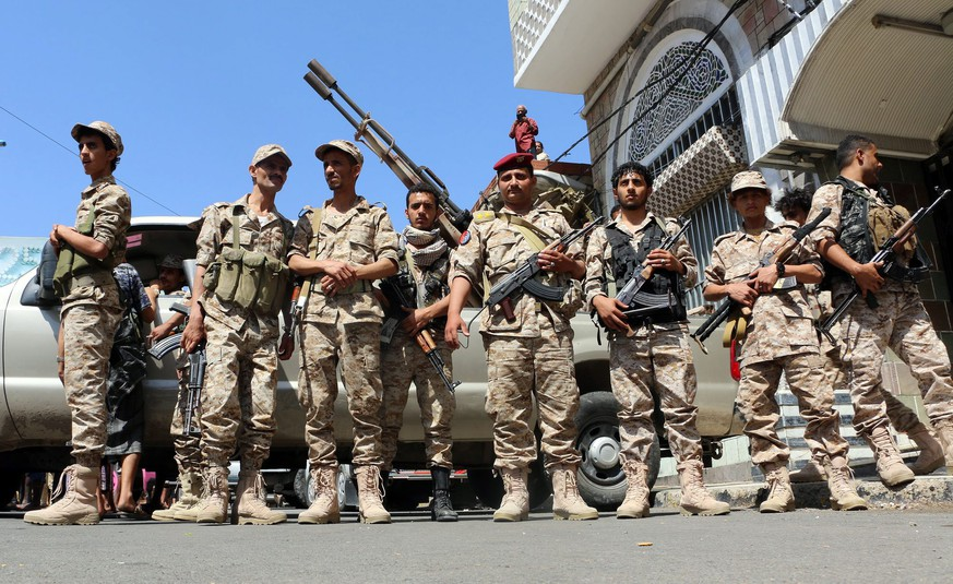 epa04977439 Pro-Yemeni government soldiers stand guard during a ceremony marking the 52nd anniversary of the 14 October Revolution which defeated out the British colonial rule from South Yemen, in Taiz city, Yemen, 14 October 2015.  According to reports, Yemenis marked the 52nd anniversary of the 14th October Revolution against the British colonial rule in south Yemen, despite the conflict and Saudi-led military operations rage in the war-torn country for seven months.  EPA/STRINGER