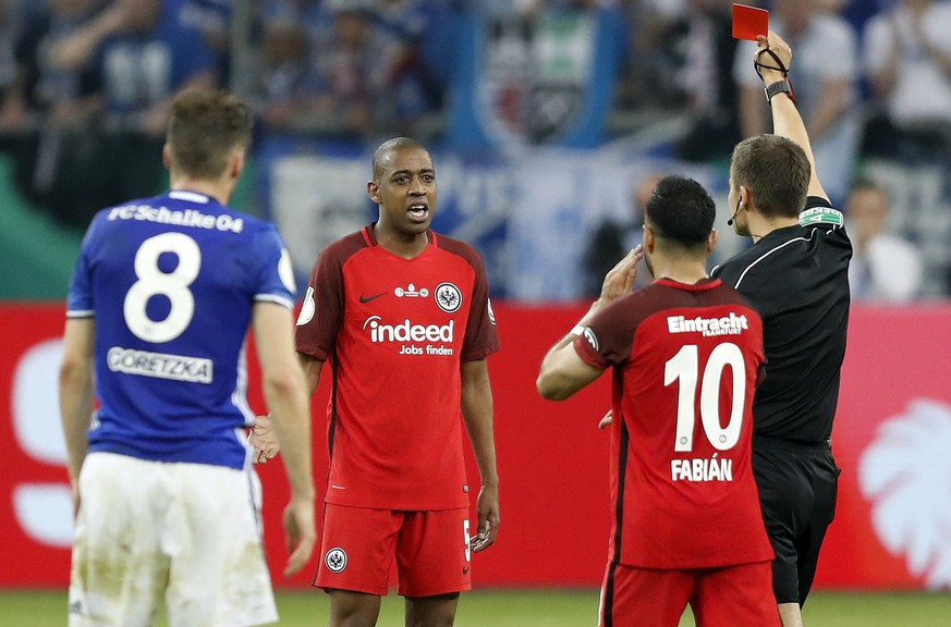 epa06678195 Referee Robert Hartmann shows Frankfurt's Gelson Fernandes (2-L) the red card during the German DFB Cup semi final soccer match between FC Schalke 04 and Eintracht Frankfurt in Gelsenkirchen, Germany, 18 April 2018.  EPA/FRIEDEMANN VOGEL