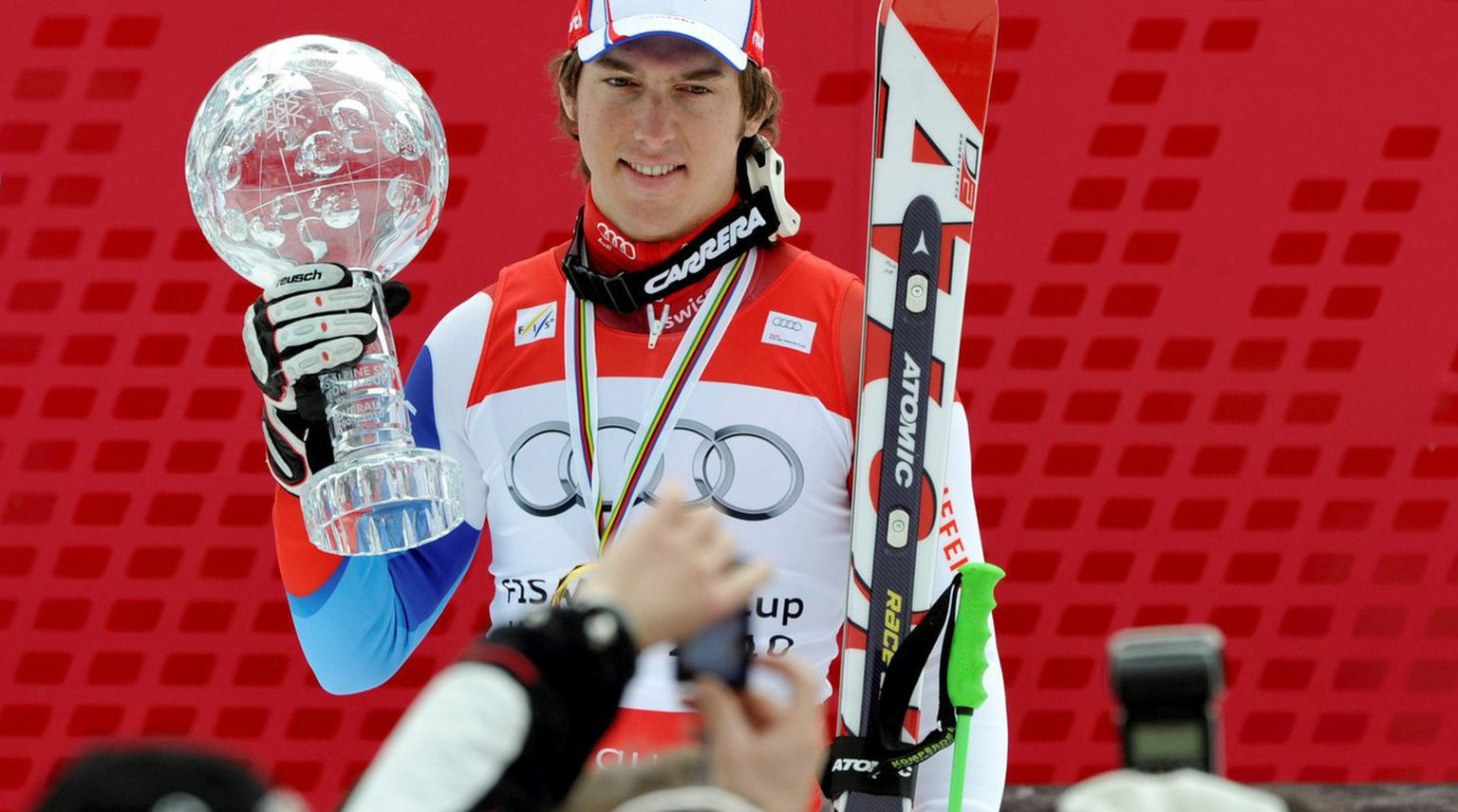 epa02077999 Alpine Skiing World Cup overall winner Carlo Janka from Switzerland poses for photographers with the crystal ball on the podium during the World Cup finals in Garmisch-Partenkirchen, Germany, 13 March 2010.  EPA/PETER KNEFFEL