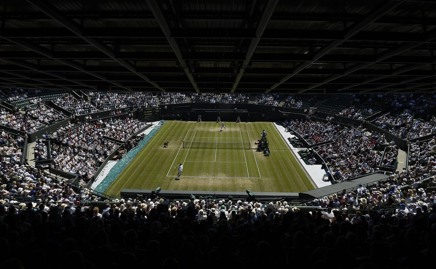 epa05410526 A general view of No.1 Court during the men's quarter finals of the Wimbledon Championships at the All England Lawn Tennis Club, in London, Britain, 06 July 2016.  EPA/FACUNDO ARRIZABALAGA EDITORIAL USE ONLY/NO COMMERCIAL SALES