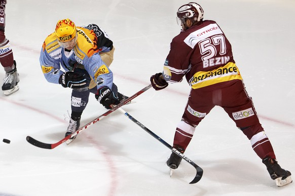 Fribourg's Julien Sprunger, left, vies for the puck with Geneve-Servette's Goran Bezina, right, during the game of National League A (NLA) Swiss Championship between HC Fribourg Gotteron and Geneve-Servette HC at the ice stadium BCF Arena, in Fribourg, Switzerland, Saturday, February 6, 2016. (PHOTOPRESS/Salvatore Di Nolfi)
