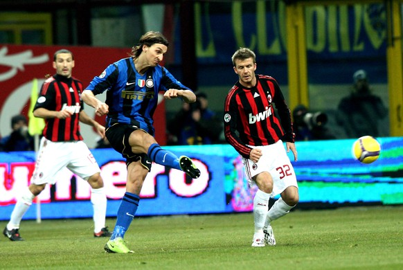 MILAN, ITALY - FEBRUARY 15: Forward Zlatan Ibrahimovic of FC Inter (L) and Midfielder David Beckham of AC Milan in action during FC Inter Milan v AC Milan - Serie A match on February 15, 2009 in Milan, Italy.  (Photo by Vittorio Zunino Celotto/Getty Images)