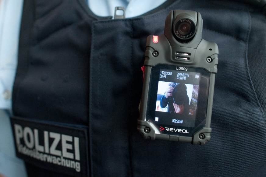 epa05156363 A federal policemen wearing the body camera Reveal RS2-X2L at the central station in Berlin, Germany, 12 February 2016. As of today, the federal police in Berlin tests the body cam for one year.  EPA/KLAUS-DIETMAR GABBERT