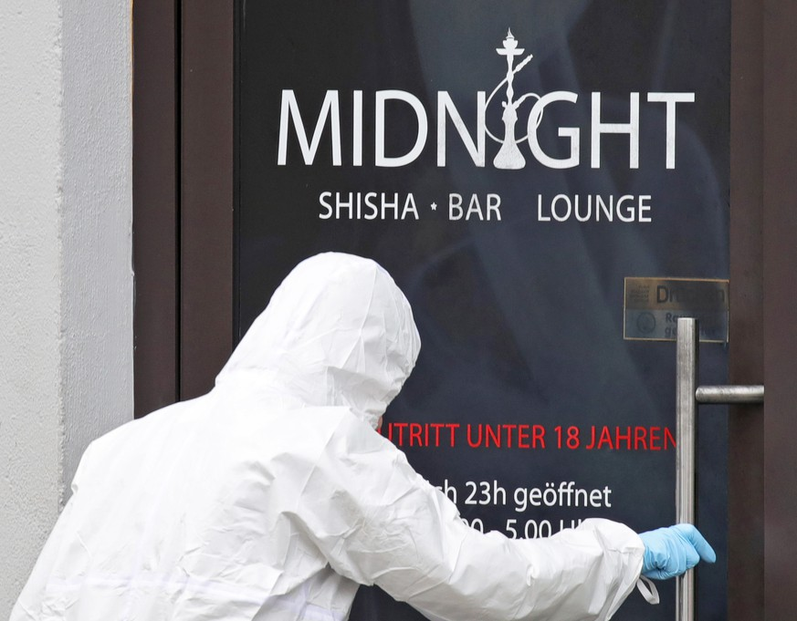 epa08229955 Police investigators enter Midnight shisha bar after two shootings in Hanau, Germany, 20 February 2020. At least nine people were killed in two shootings at shisha bars in Hanau, police say. The perpetrator along with his alleged mother's body were also found dead later at his home.  EPA/ARMANDO BABANI