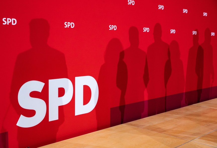 epa07327625 The silhouettes of State Minister for Economy, Labor and Traffic and Deputy Minister President of Saxony Martin Dulig, Social Democratic Party (SPD) chairwoman and faction chair in the German parliament Bundestag Andrea Nahles, Minister President of Brandenburg Dietmar Woidke and State Minister of Economy, Science and the Digital Society of Thuringia Wolfgang Tiefensee are seen on the background during a presser after a board meeting at the SPD's headquarters Willy-Brandt-Haus in Berlin, Germany, 28 January 2019.  EPA/HAYOUNG JEON
