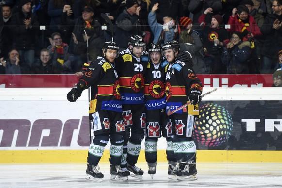 23.12.2014; Bern; Eishockey NLA - SC Bern - ZSC Lions; Jubel Bern nach dem Tor zum 2:0 Flurin Randegger (Bern), Philippe Furrer (Bern), Tristan Scherwey (Bern) und Christoph Bertschy (Bern)(Urs Lindt/freshfocus)