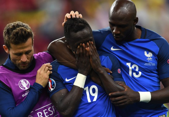 epa05419625 Bacary Sagna (C) of France reacts after the UEFA EURO 2016 Final match between Portugal and France at Stade de France in Saint-Denis, France, 10 July 2016.  (RESTRICTIONS APPLY: For editorial news reporting purposes only. Not used for commercial or marketing purposes without prior written approval of UEFA. Images must appear as still images and must not emulate match action video footage. Photographs published in online publications (whether via the Internet or otherwise) shall have an interval of at least 20 seconds between the posting.)  EPA/FILIP SINGER   EDITORIAL USE ONLY