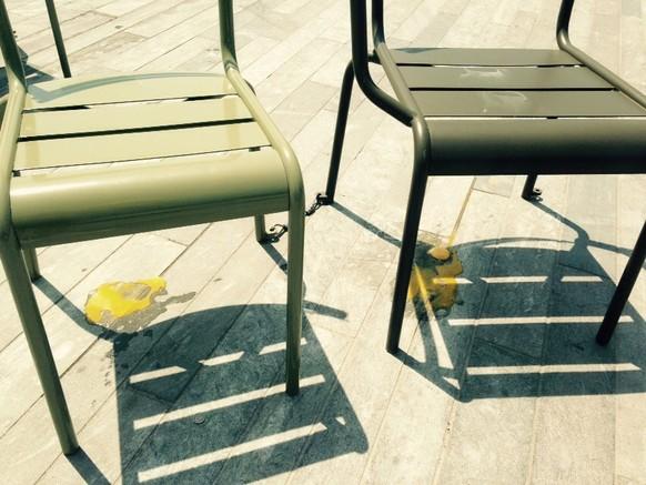 Eier-Brat-Fail #2: Die Stühle auf dem Sechseläutenplatz hätten zwar eine gute Temperatur. Die schräge Fläche jedoch war mein Weg direkt ins Verderben.  tel: null Von: Gina Schuler