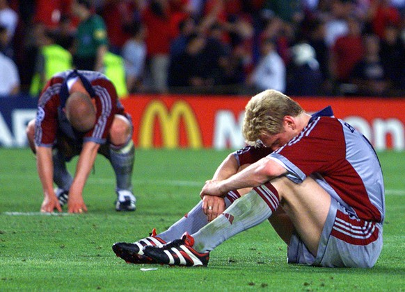 Bayern Munich's Stefen Effenberg (right) and Carsten Jancker sit dejected at the end of the UEFA Champions Cup final at the Nou Camp Stadium in Barcelona on Wednesday, May 26, 1999. Bayern lost 2-1 to Manchester United. (KEYSTONE/AP Photo/Camay Sungu)      === ELECTRONIC IMAGE ===