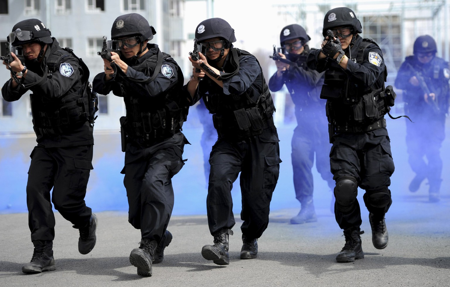 Policemen from the Special Weapons and Tactics (SWAT) team practice during a drill in Urumqi, Xinjiang Autonomous Region, April 7, 2014.  REUTERS/Stringer (CHINA - Tags: MILITARY CRIME LAW) CHINA OUT. NO COMMERCIAL OR EDITORIAL SALES IN CHINA