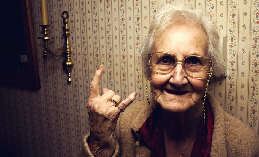 nonna cornuto handzeichen hail satan let's rock grossmutter italien italia http://twocreativegents.com/no-need-for-nonna/