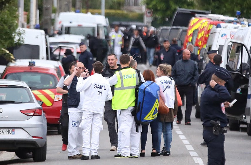 epa07554482 Police secure the area around a bar in Blagnac near Toulouse, southern France, 07 May 2019. A man is holding four persons as hostages.  EPA/Frederic Scheiber