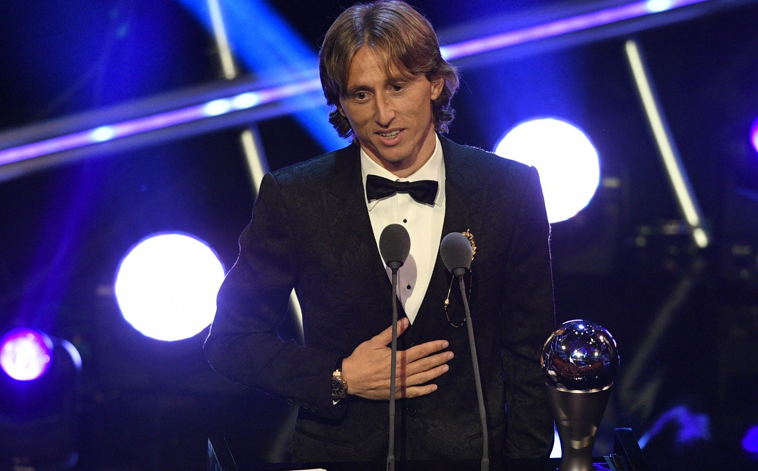 epa07044172 Real Madrid player Luka Modric receives the Best FIFA Men's Player award during the Best FIFA Football Awards 2018 in London, Great Britain, 24 September 2018.  EPA/NEIL HALL
