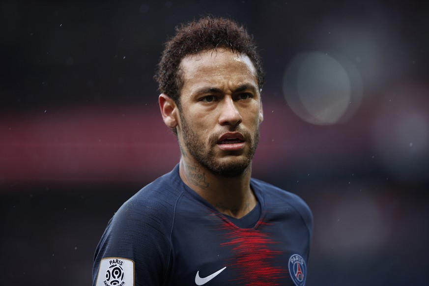 epa07547249 Paris Saint Germain's Neymar looks on during the French Ligue 1 soccer match between PSG and Nice at the Parc des Princes stadium in Paris, France, 04 May 2019.  EPA/YOAN VALAT