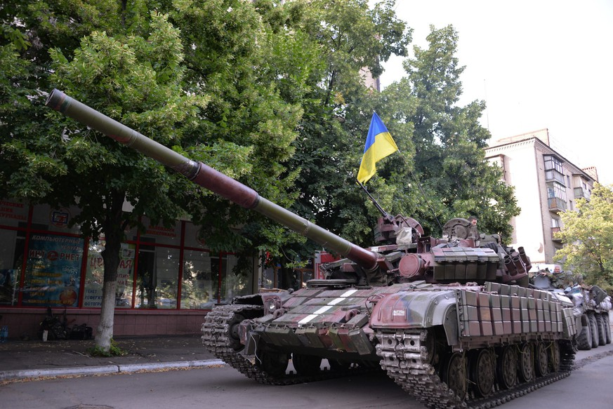 epa04301528 A Ukrainian tank drives in the city center after the liberation of Slaviansk, Donetsk region, Ukraine, 05 July 2014. The Ukrainian army recaptured the rebel strongholds of Slaviansk and Kramatorsk after the pro-Russian separatists fled following a major military offensive, authorities said. The leadership in Kiev called the recapture of the two cities, along with other smaller towns, 'one of the greatest victories' since the beginning of its 'anti-terrorist operation' in mid-April to retake areas under separatist control.  EPA/STR
