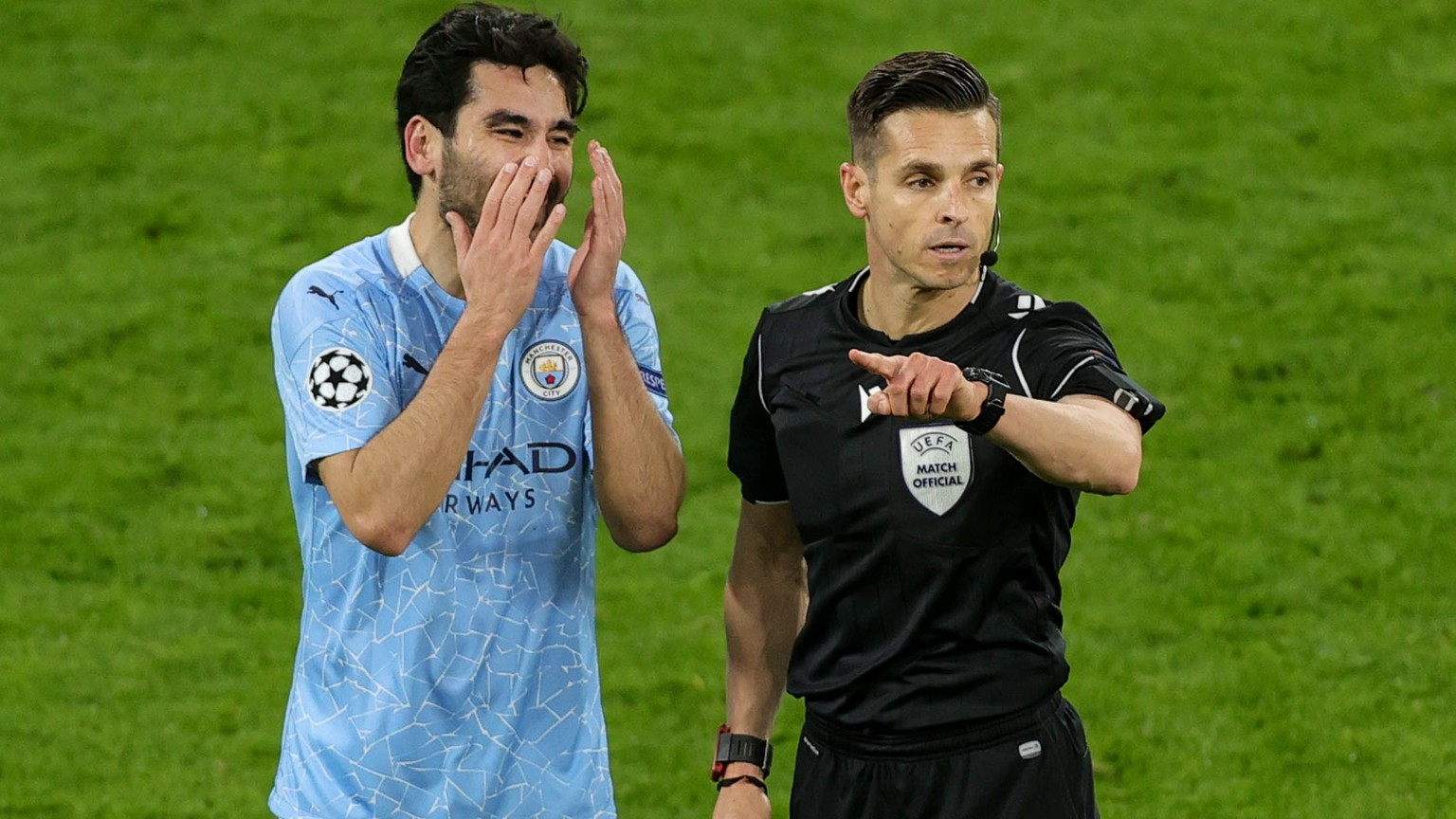 epa09135883 Manchester City's Ilkay Gundogan (L)  reacts next to referee Carlos del Cerro Grande  during the UEFA Champions League quarter final, second leg soccer match between Borussia Dortmund and Manchester City in Dortmund, Germany, 14 April 2021.  EPA/FRIEDEMANN VOGEL / POOL
