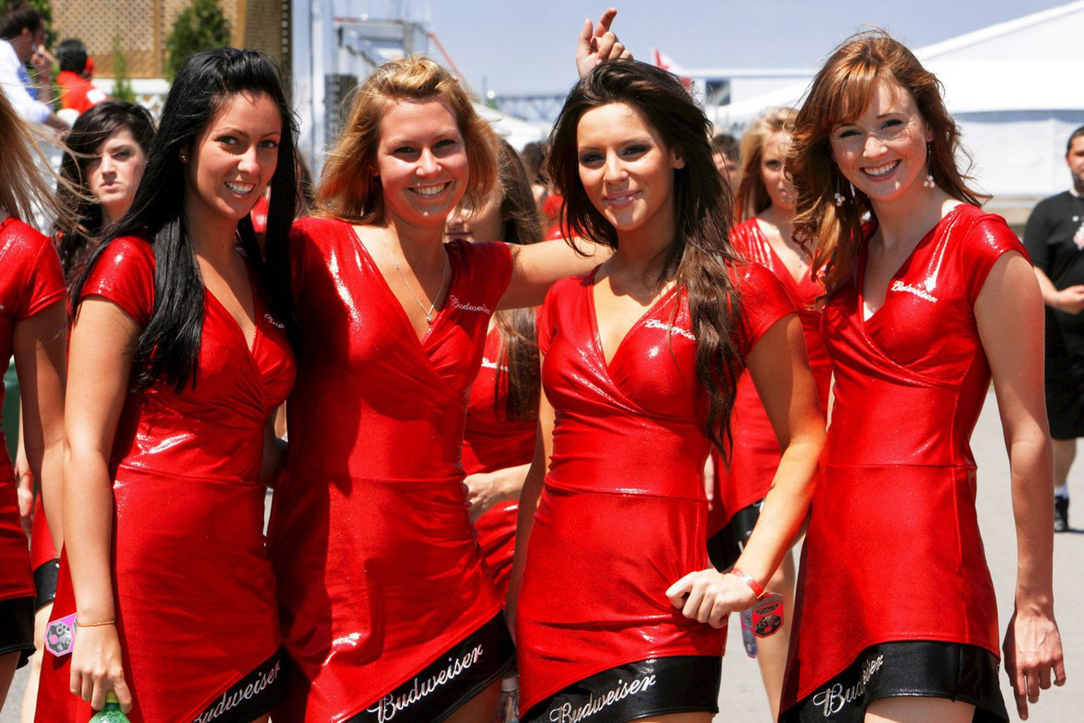 epa01373952 Grid girls pose before going to the starting grid prior to the Grand Prix of Canada, 08 June 2008 in Montreal, Canada.  EPA/JENS BUETTNER