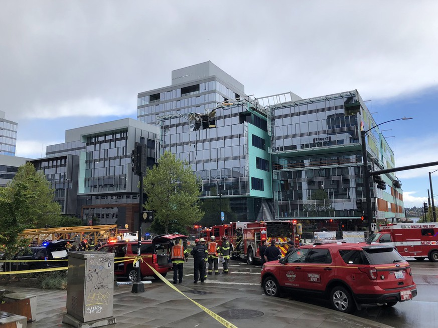 epa07533245 A handout photo made available by the Seattle Fire Department shows emergency services workers at the scene of a construction crane collapse in Seattle, Washington, USA, 27 April 2019 (issued 28 April 2019). According to media reports, four people were killed when a construction crane fell from the roof of a building and collapsed onto a street below, crushing six vehicles in the process. Four people were killed in the accidnt, and three others were injured.  EPA/SEATTLE FIRE DEPARTMENT / HANDOUT  HANDOUT EDITORIAL USE ONLY/NO SALES