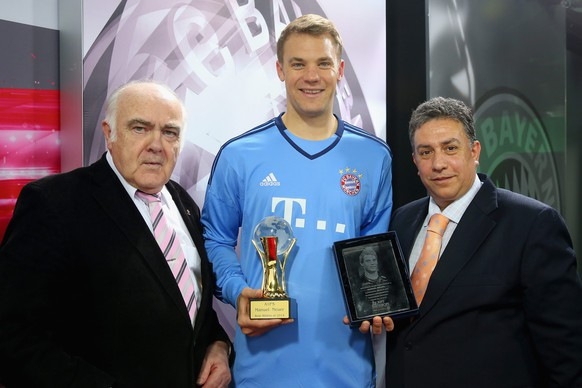 epa04758582 A handout picture made available on 20 May 2015 shows Hans-Joachim Zwingmann (L-R), Vice President of the Association of German Sports Journalists (VDS), Bayern Munich's goalkeeper Manuel Neuer and European Union of Sports Press (UEPS) President Yannis Daras during the presentation of the awards for 'World Sportsman of the Year 2014' and 'Sportsman of the Year 2014' by the International Sports Press Association (AIPS) and the European Union of Sports Press (UEPS) in Munich, Germany, 20 May 2015.  EPA/A. HASSENSTEIN / GETTY IMAGES (ATTENTION EDITORS: 
