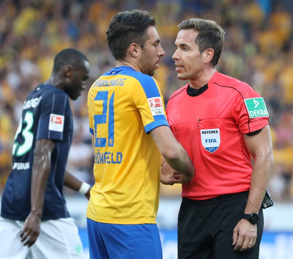 epa05998190 Referee Tobias Stieler (R) talks to Braunschweig's Patrick Schonfeld (L) during the German Bundesliga Relegation soccer match between Eintracht Braunschweig and VfL Wolfsburg in Braunschweig, Germany, 29 May 2017.  EPA/FOCKE STRANGMANN (EMBARGO CONDITIONS - ATTENTION: Due to the accreditation guidlines, the DFL only permits the publication and utilisation of up to 15 pictures per match on the internet and in online media during the match.)
