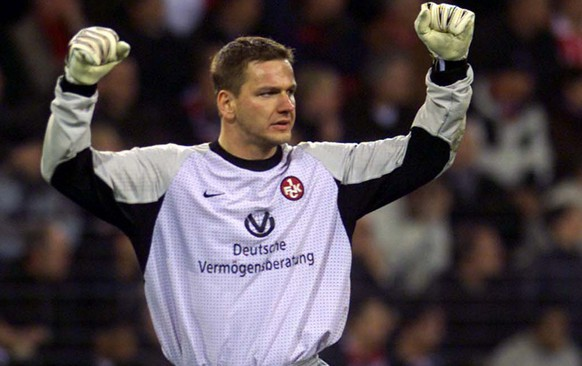 Kaiserslautern's goalkeeper Georg Koch celebrates after his team scored against PSV Eindhoven during the second leg quarter final UEFA Cup soccer match in Eindhoven, the Netherlands, Thursday March 15, 2001. (KEYSTONE/AP Photo/Dusan Vranic) === ELECTRONIC IMAGE ===