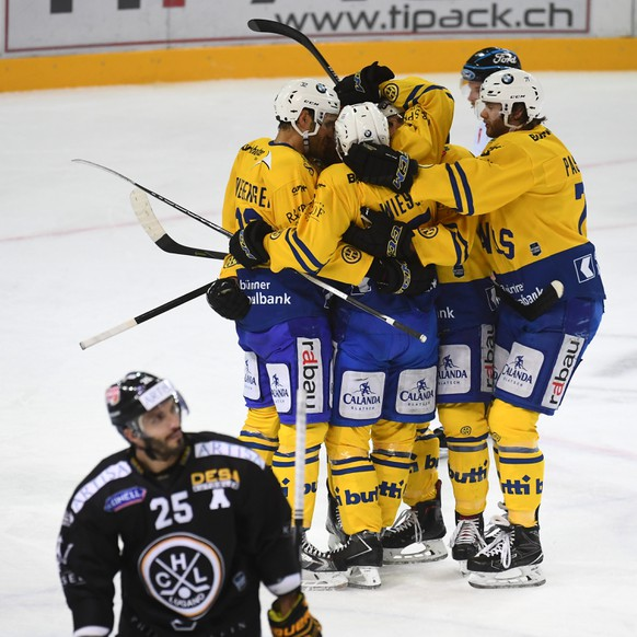 Davos' players celebrate the 1-2 goal, during the preliminary round game of National League Swiss Championship 2017/18 between HC Lugano and HC Davos, at the ice stadium Resega in Lugano, Switzerland, Saturday, October 14, 2017. (KEYSTONE/Ti-Press/Pablo Gianinazzi)