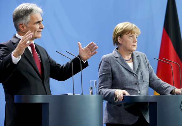 Austrian Chancellor Werner Faymann (L) and German Chancellor Angela Merkel address a news conference at the chancellery in Berlin, Germany September 15, 2015. REUTERS/Hannibal Hanschke