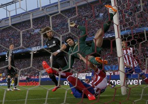 Chelsea's goalkeeper Petr Cech (C) collides with Atletico Madrid's Raul Garcia during their Champions League semi-final first leg soccer match at the Vicente Calderon stadium in Madrid April 22, 2014.        REUTERS/Sergio Perez (SPAIN  - Tags: SPORT SOCCER TPX IMAGES OF THE DAY)