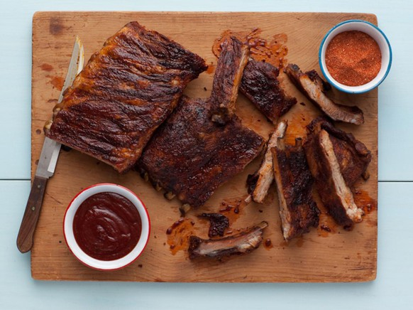 memphis ribs usa südstaaten pork schweinefleisch bbq barbecue grillen grillieren food essen http://www.foodnetwork.com/recipes/patrick-and-gina-neely/memphis-style-hickory-smoked-beef-and-pork-ribs-recipe