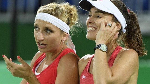 Timea Bacsinszky, left, and Martina Hingis, right,  of Switzerland during the women's semi-final doubles match against Andrea Hlavackova and Lucie Hradecka from Czech Republic at the Olympic Tennis Center in Rio de Janeiro, Brazil, at the Rio 2016 Olympic Summer Games, pictured on Friday, August 12, 2016. (KEYSTONE/Laurent Gillieron)